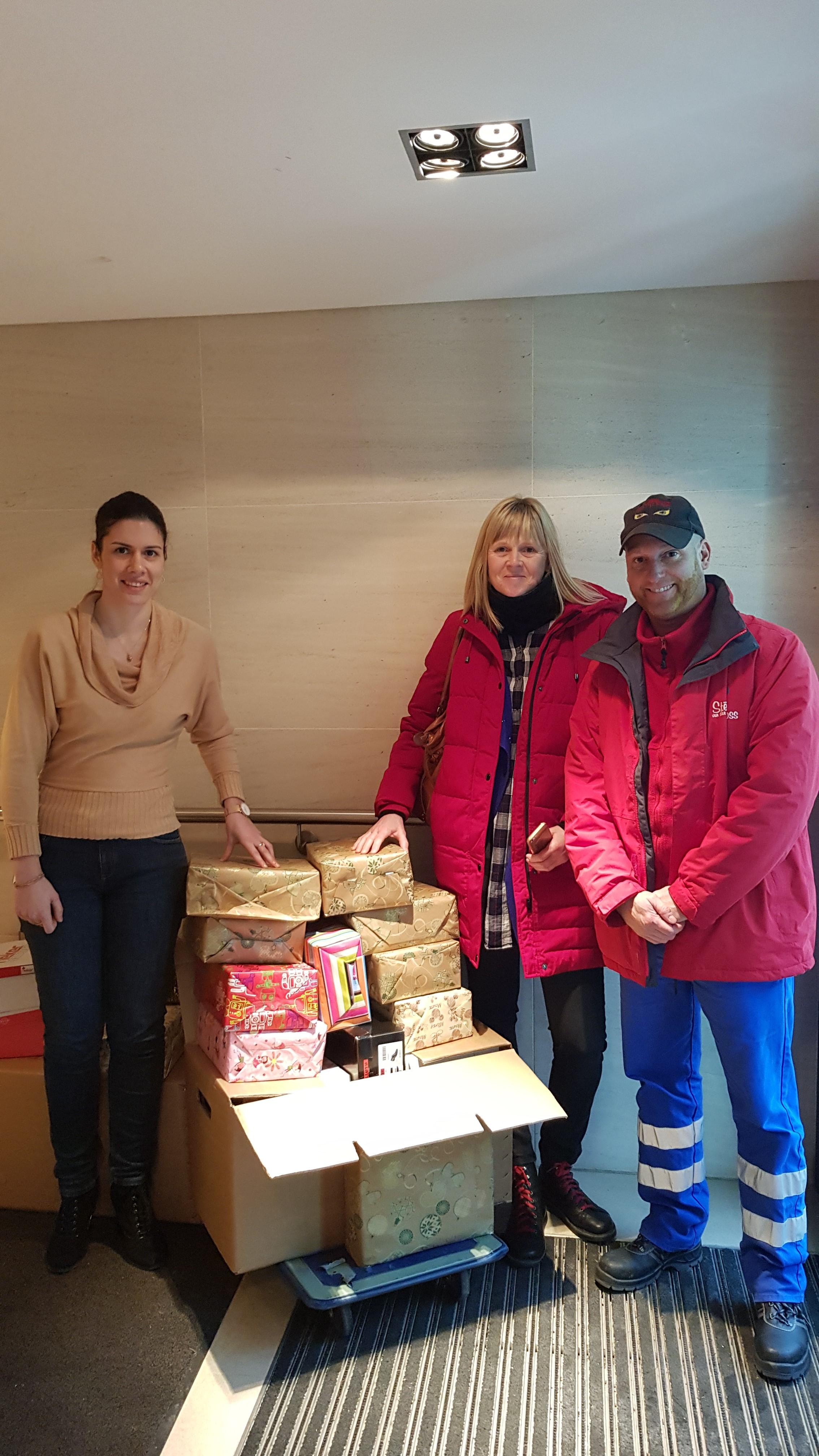 AXA Atout Coeur donates food to Stëmm vun der Stroos.