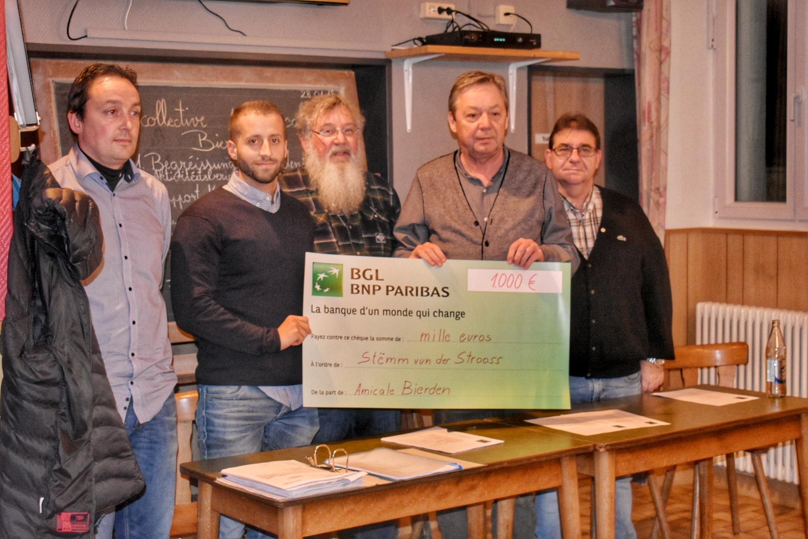 Stëmm vun der Strooss receives 1 000 € from Amicale Bierden.