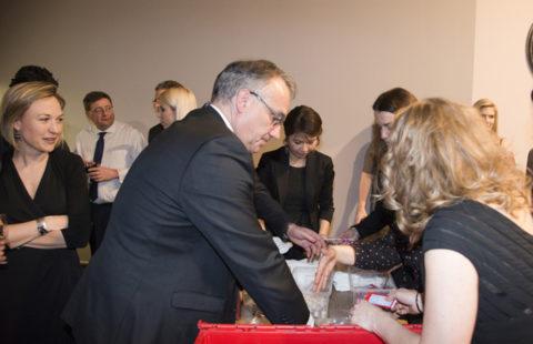 BBH offre 800 kits de douche à la Stëmm vun der Strooss
