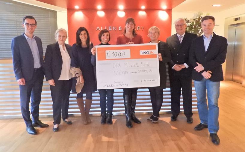 Allen et Overy soutient la Stëmm vun der Strooss avec 10 000 €