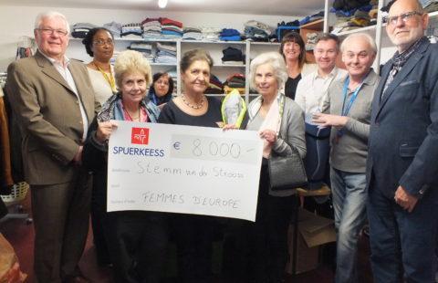 111 sacs de couchage offerts par les Femmes d'Europe à la Stëmm vun der Strooss