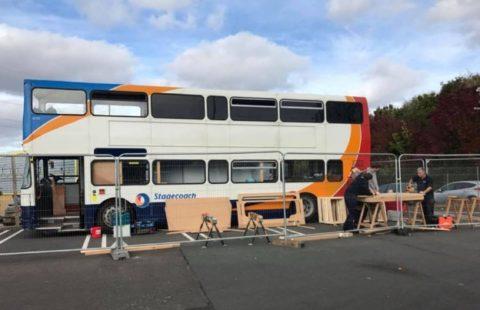 Des bus aux abris mobiles pour les SDF: L'initiative de Opnminded