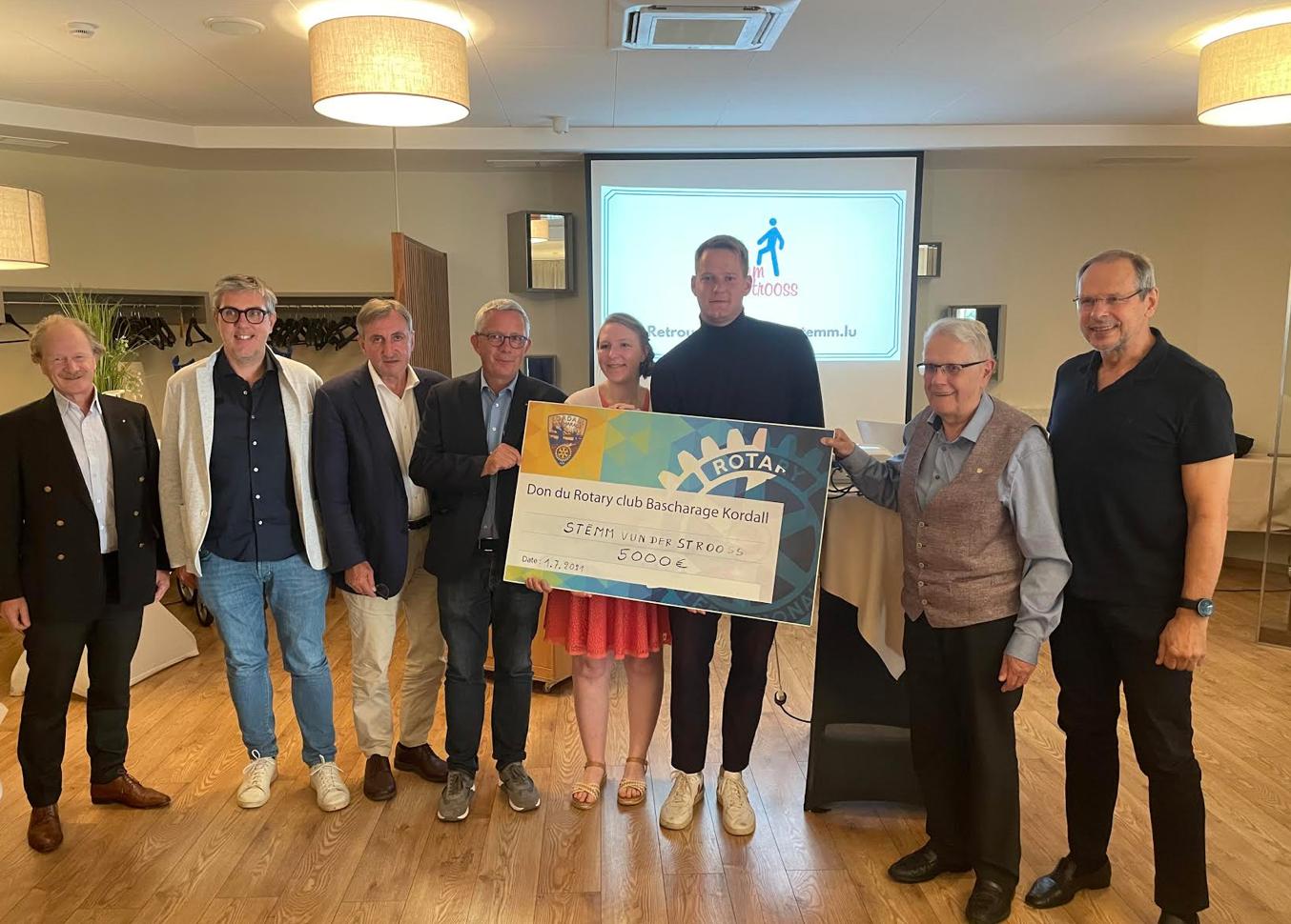 Le Rotary Club Bascharage-Kordall fait don d'un chèque de 5000 euros à la Stëmm vun der Strooss